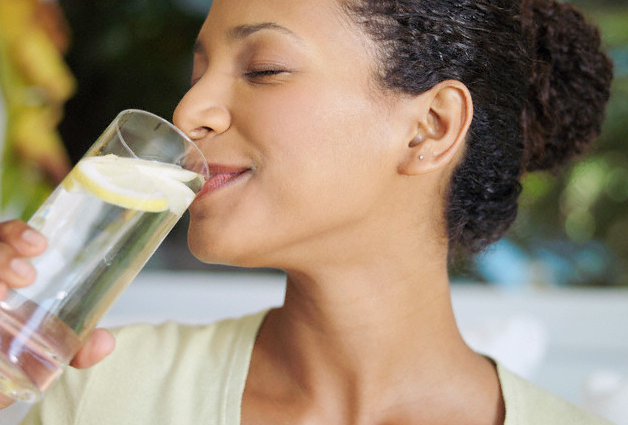 Benefits-of-drinking-hot-water-with-lemons
